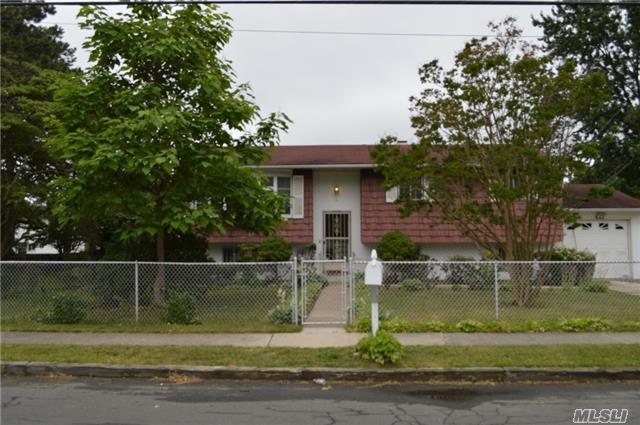 576 Centerwood St, West Babylon, NY 11704