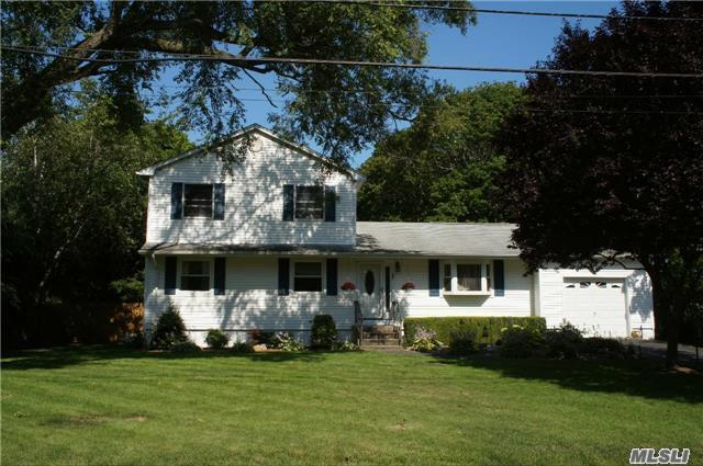 89 Chichester Ave, Center Moriches, NY 11934