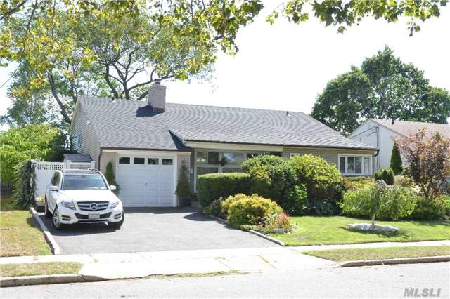 3800 Dianne St, Bethpage, NY 11714