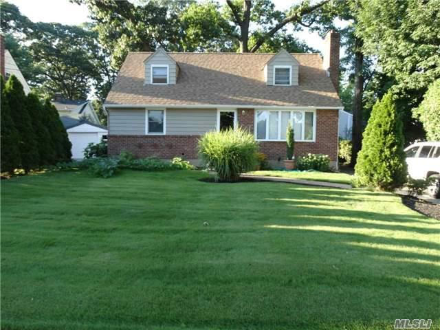 199 Elm St, Roslyn Heights, NY 11577