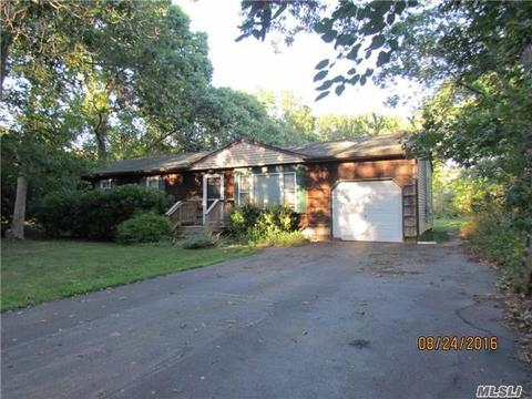 113 Chichester Ave, Center Moriches, NY 11934
