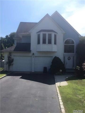 3 Oxford Ct, Wheatley Heights, NY 11798