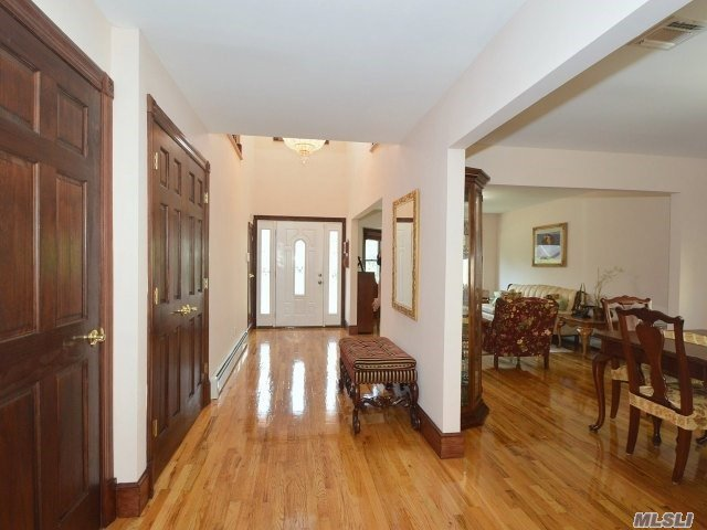 10 Garfield Place, Roslyn Heights, NY 11577