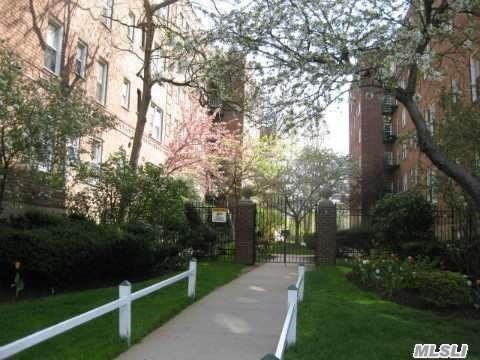 36 Cathedral Ave #5B, Hempstead, NY 11550