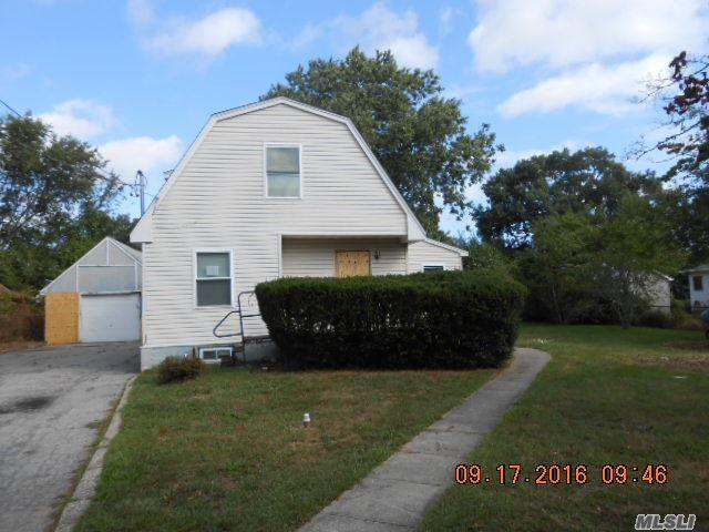 123 Peterson St, Brentwood, NY 11717