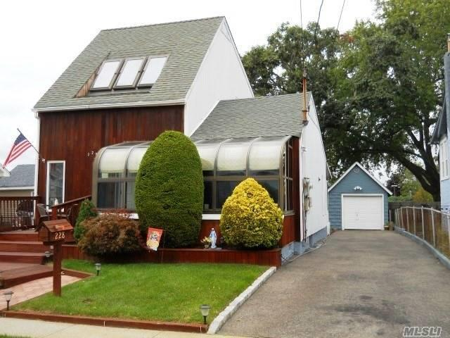 228 W Clearwater Rd, Lindenhurst, NY 11757