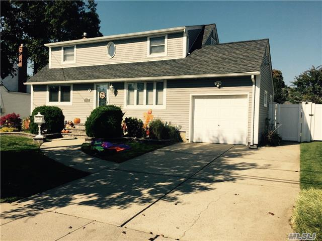 263 N Richmond Ave, Massapequa, NY 11758