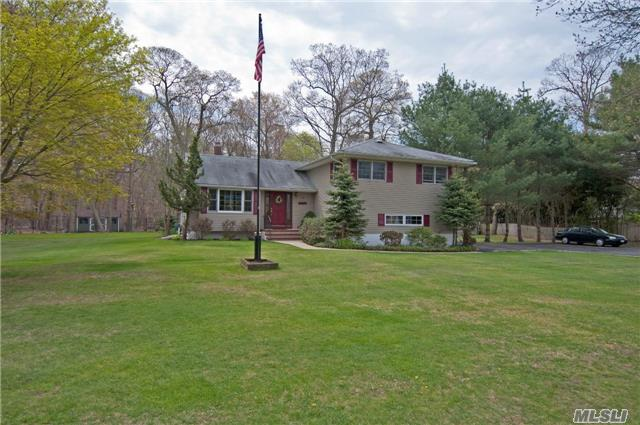 16 Brushwood Ct, East Islip, NY 11730
