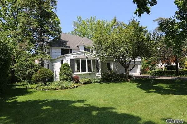 109 Crescent Ln, Roslyn Heights NY 11577