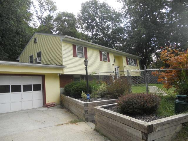 20 Honeymoon Lane Ln, Poughkeepsie, NY 12603