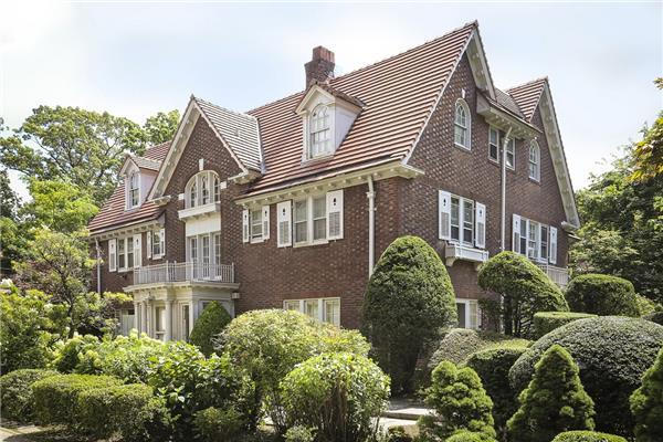 140 Greenway N, Queens, NY 11375