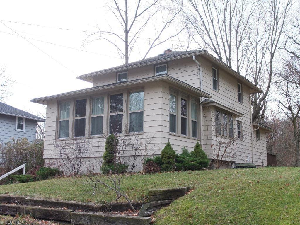 280 E Willowview Dr, Akron, OH