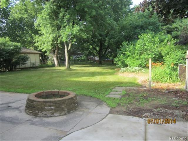 12800 Daily Dr, Sterling Heights MI 48313