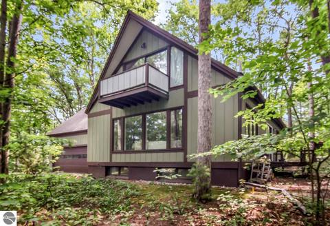 2854 Holiday Pines Rd, Traverse City, MI 49686
