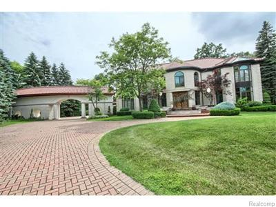 17474 Iris Cir, Clinton Township, MI